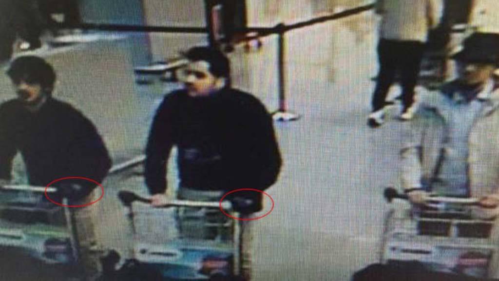 La Policía belga difunde las imágenes de tres sospechosos del atentado en el aeropuerto