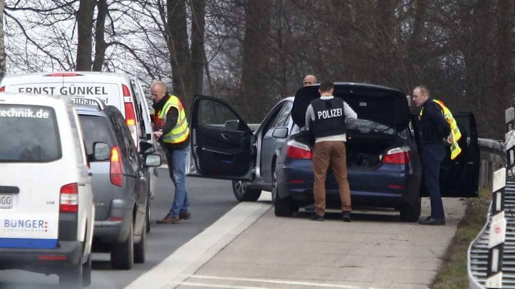 Policías registran vehículos en la frontera entre Alemania y Bélgica.