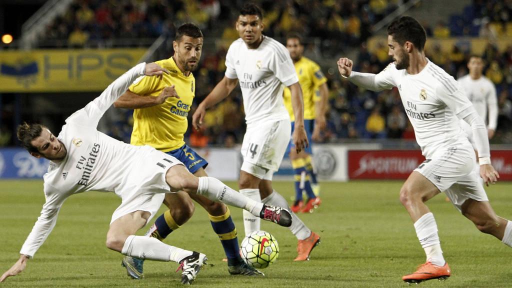 El centrocampista galés del Real Madrid Gareth Bale pelea un balón con David García.