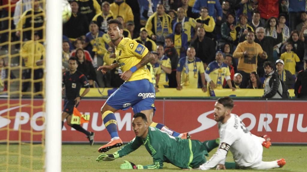 El brasileño de la U. D. Las Palmas, Willian José, anota el primer gol del equipo canario.