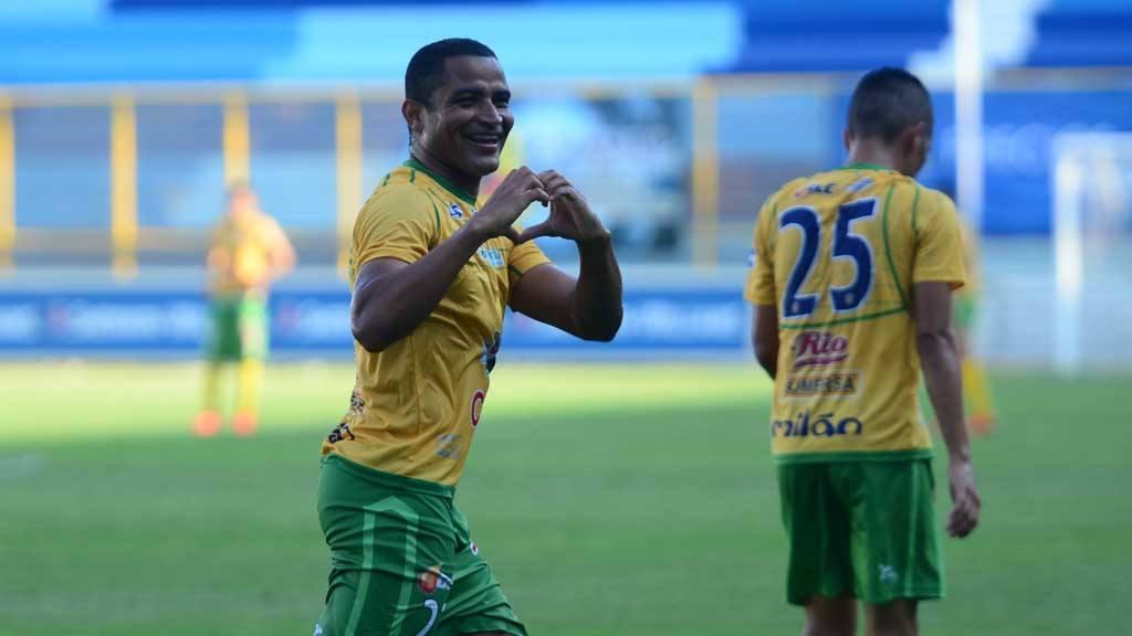 Ricardo Ferreira, de Santa Tecla, celebra su gol ante Atlético Marte, en el Cuscatlán