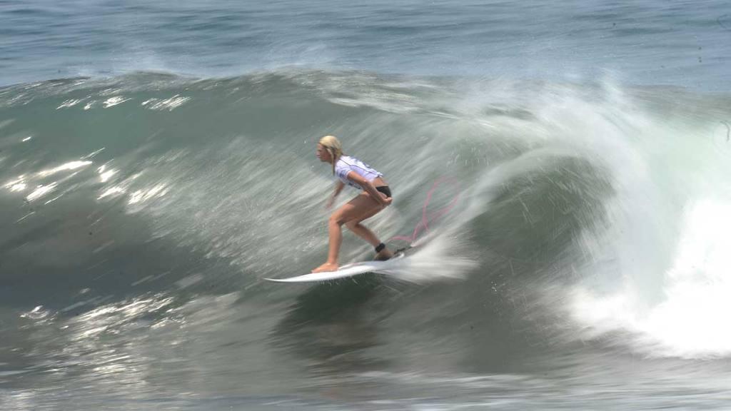La  Copa Internacional QS de surf femenino, en la playa Punta Roca en La Libertad.
