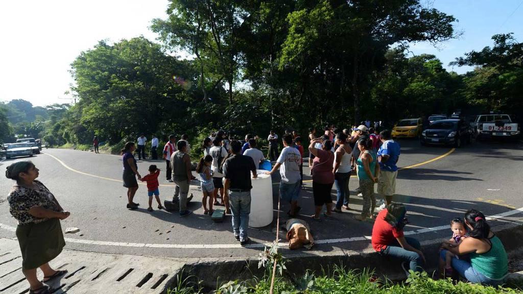 Protesta por falta de agua, cierran calle el Guaje.