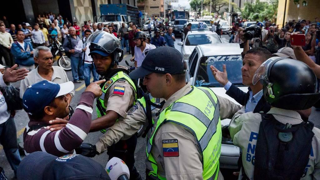 Golpean a diputados opositores durante protesta por revocatorio en Venezuela