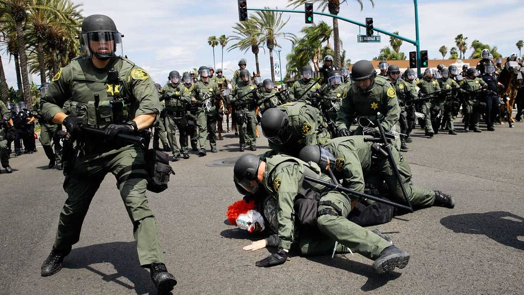 La oficina del sheriff del Condado de Orange tira al suelo y detiene a un manifestante en Anaheim.
