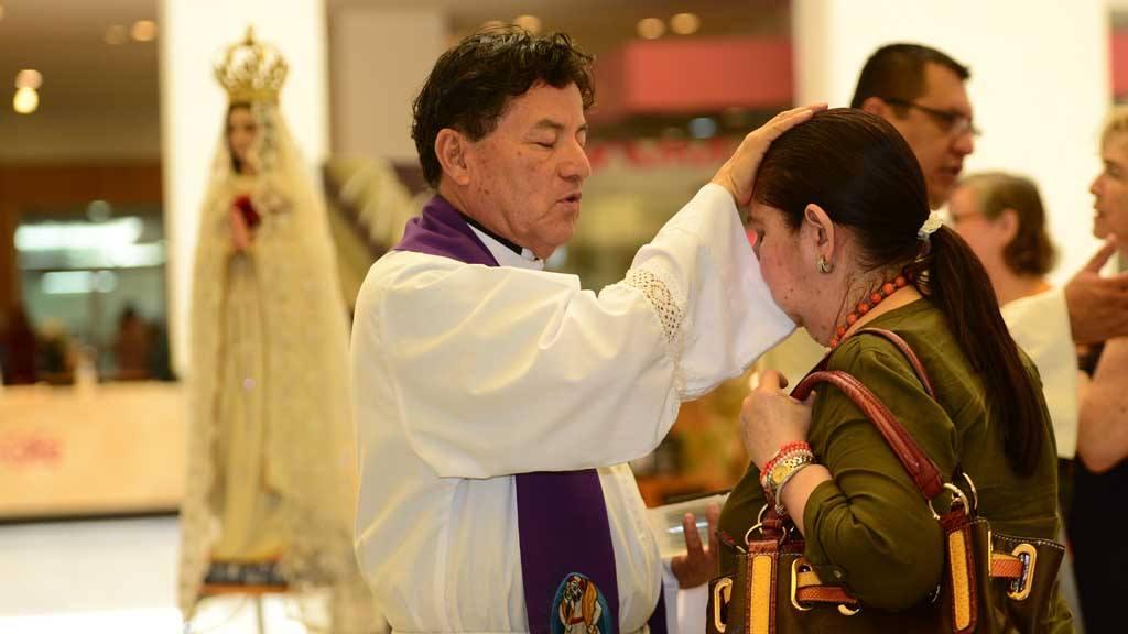 Sacerdotes confiesan en centro comercial