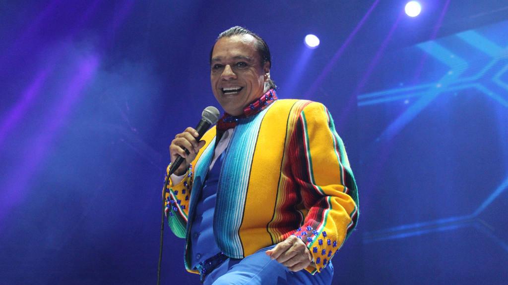 Juan Gabriel y sus vistosos trajes