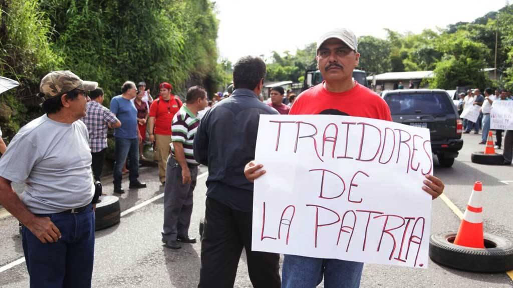 FMLN y grupos afines hostilizan a Sala de lo Constitucional