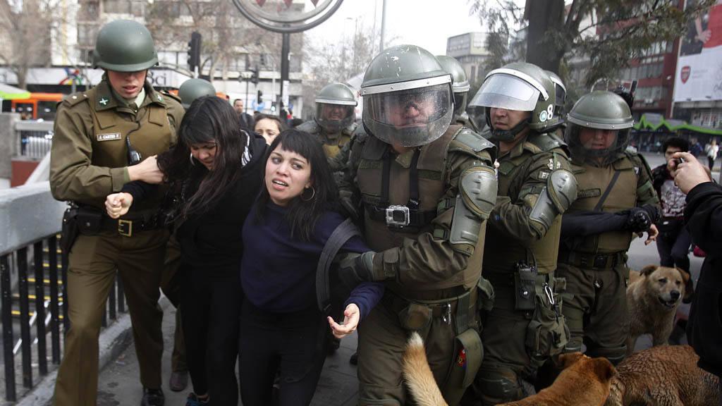 PolicÃ?a chilena dispersa a estudiantes que protestaban contra reforma