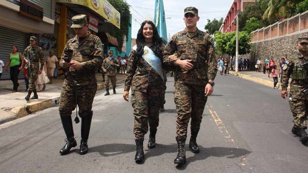 Segunda Brigada desfila para honrar a Señora Santa Ana