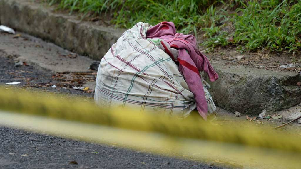 Encuentran mujer asesinada envuelta en sábanas