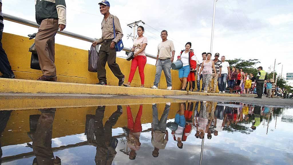 Miles de venezolanos cruzan a Colombia a comprar comida