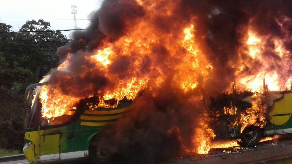 Bus quemado causa caos en Los Chorros