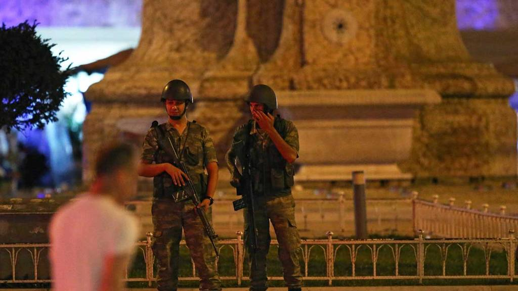 ASE001. Istanbul (Turkey), 15/07/2016.- Turkish soldiers guard at Taksim Square in Istanbul, Turkey, 15 July 2016. Turkish Prime Minister Yildirim reportedly said that the Turkish military was involved in an attempted coup d'etat. The Turkish militar
