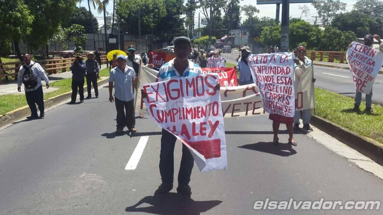 Protesta ex patrulleros hacia CAPRES.