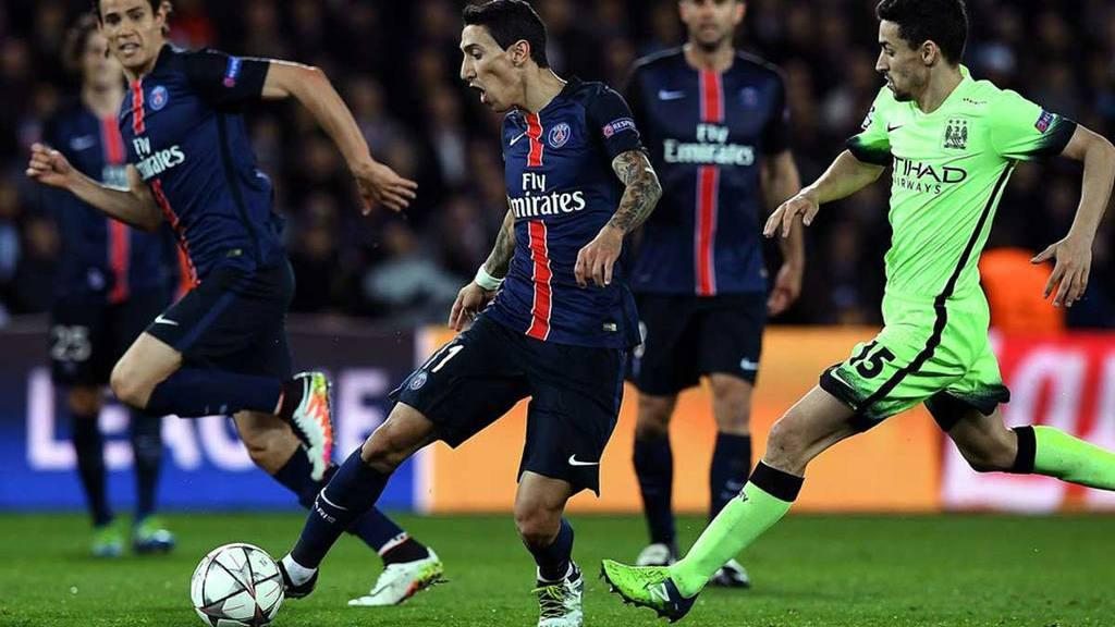 Ángel Di María conduce la pelota en un duelo entre el PSG (Francia) y el  Manchester City (Inglaterra). El equipo francés tiene por dueño un magnate  de Qatar ... a89e45669c6d8