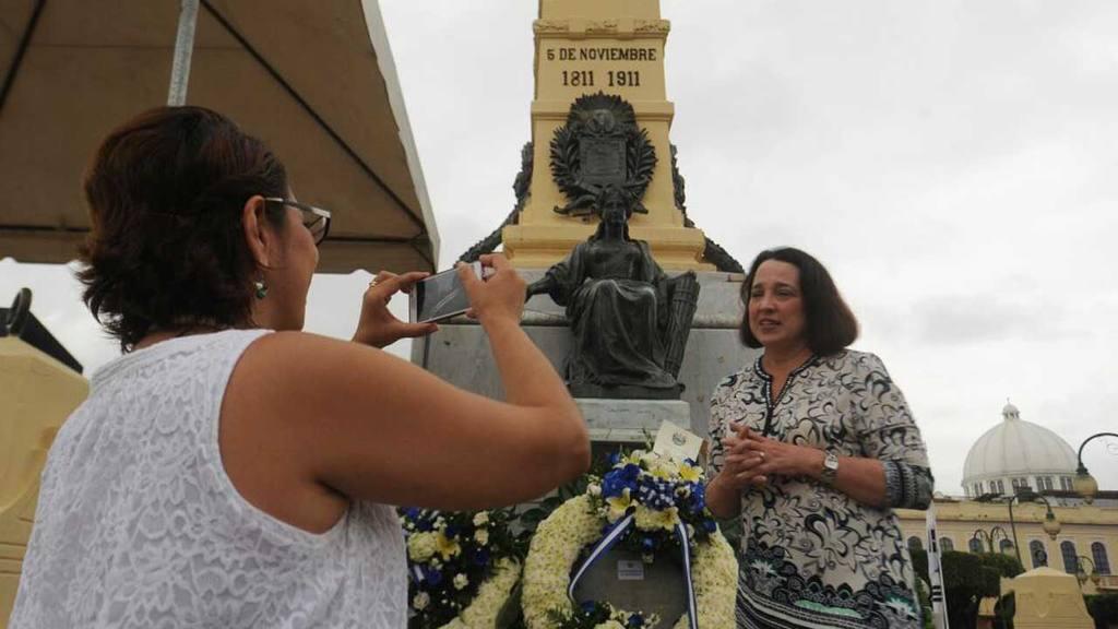 Funcionarios colocan ofrendas florales en el parque Libertad.