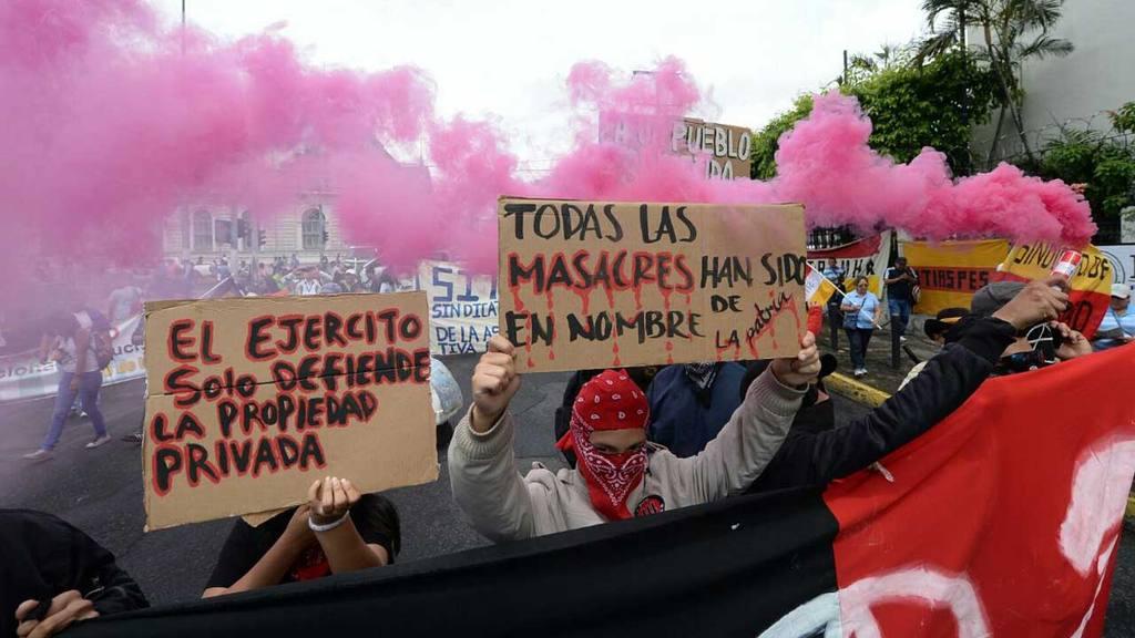 Protesta de sindicalistas, desfile bufo en el centro de San Salvador.