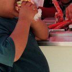 El Mined regulará el consumo de alimentos chatarra en los centros escolares.