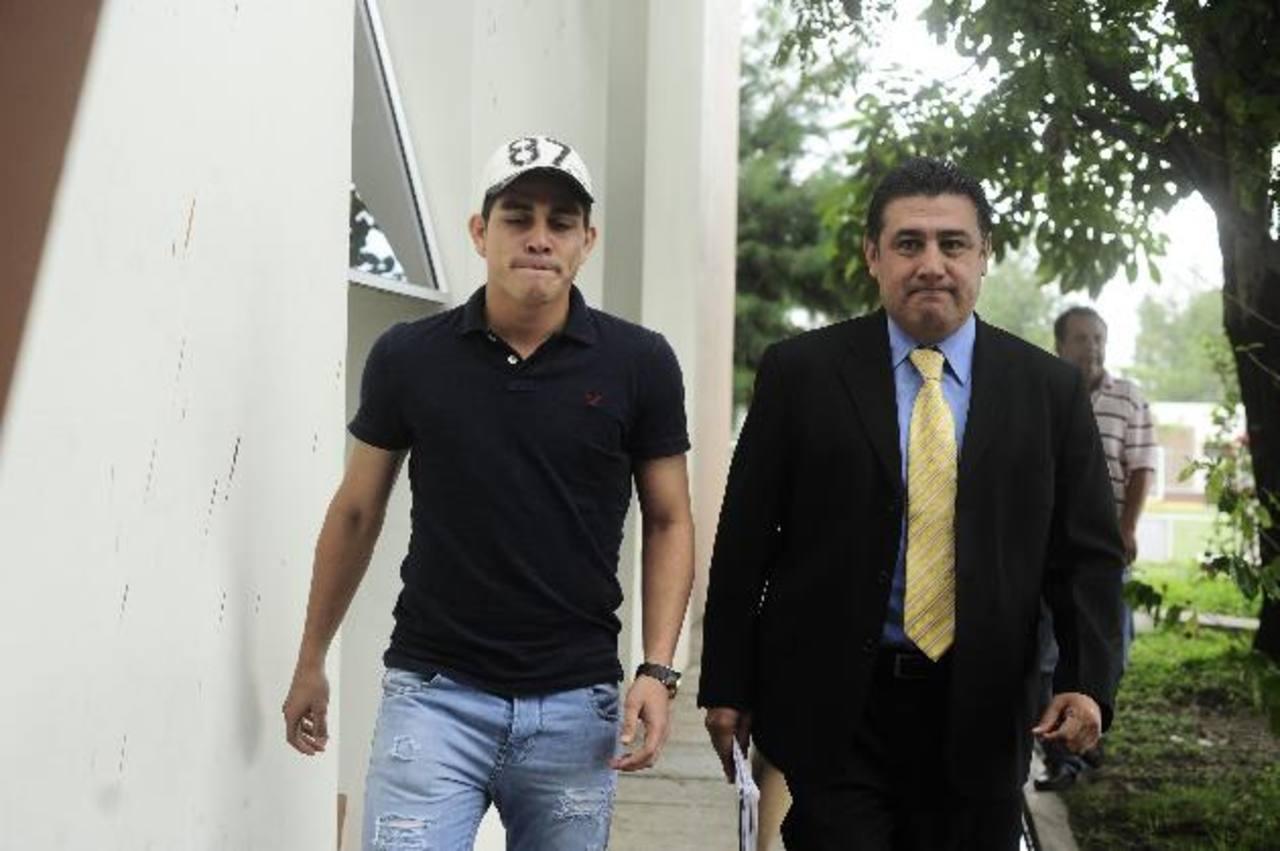 En la Fesfut, Zelaya y su abogado. Foto EDH / Jorge Reyes