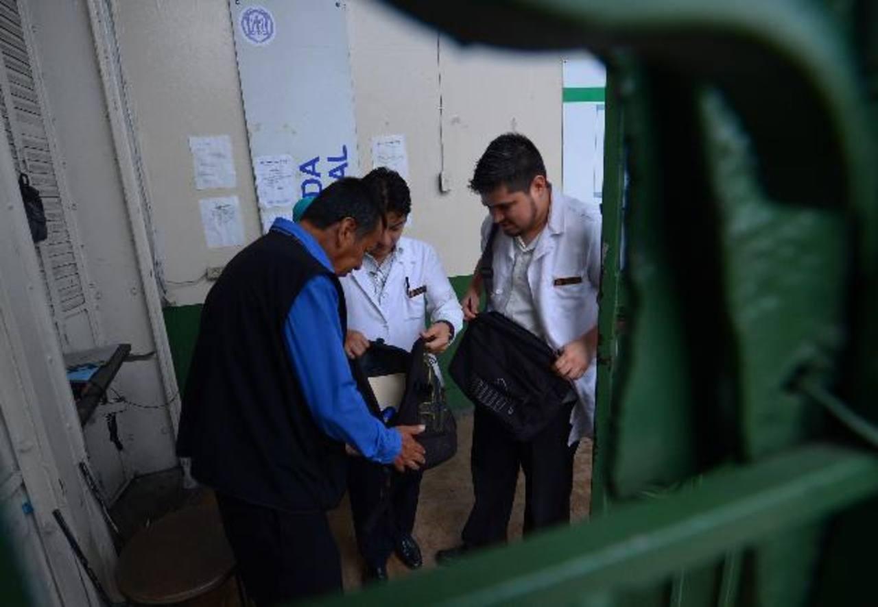 """Los médicos del Rosales califican como """"acoso"""" el que sus maletines y vehículos sean revisados, según la dirección, """"para evitar el robo de medicinas e insumos"""". Foto EDH /Mario Amaya"""