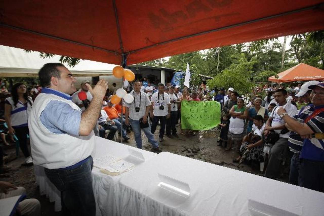 Antonio Saca inauguró ayer ocho casas de Unidad en La Paz, en cantones de ese departamento. foto edh / cortesía