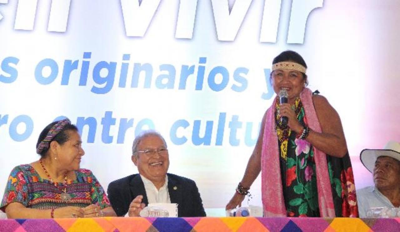 Representantes de los pueblos indígenas del país acudieron ayer a las instalaciones del Cifco, para escuchar las propuestas del candidato presidencial del FMLN. foto edh / Cortesía