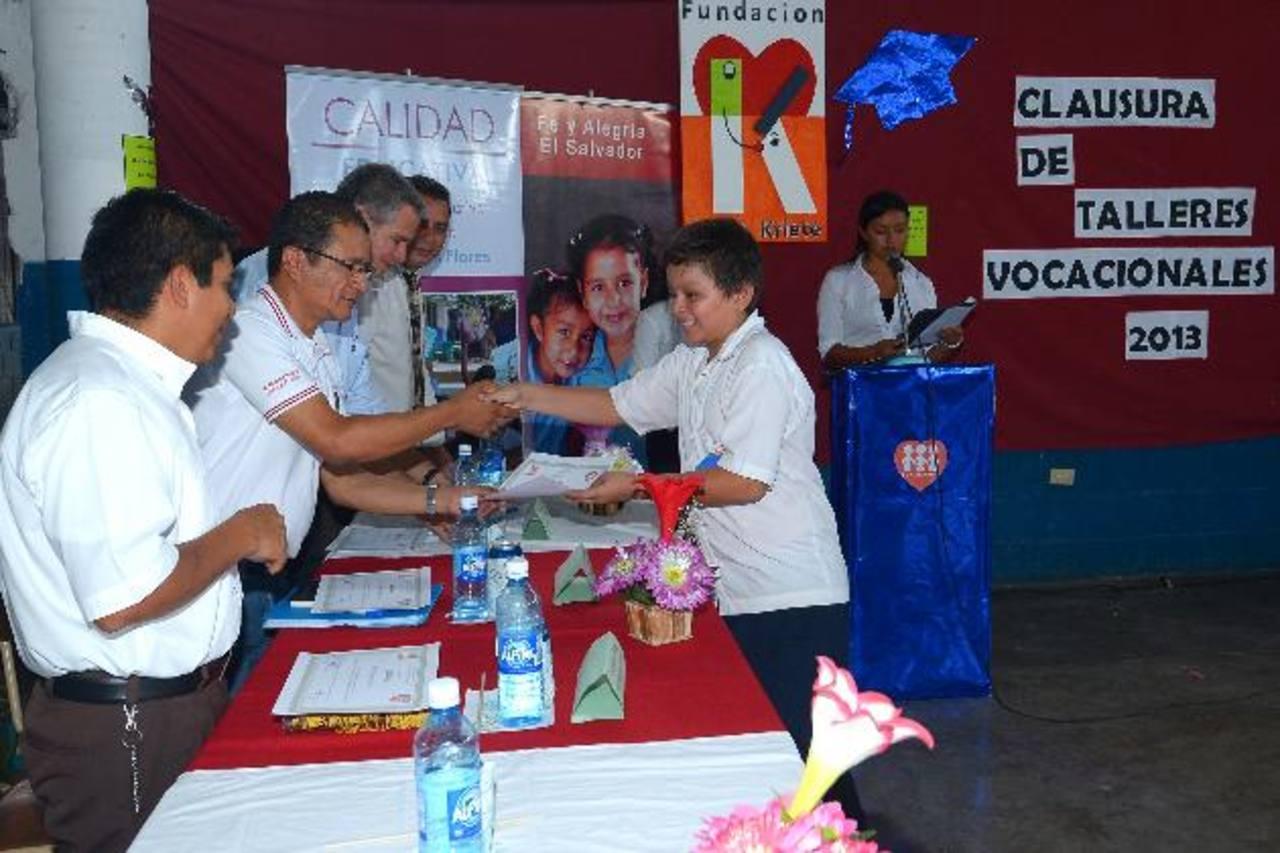 Representante de la Fundación Gloria de Kriete y Fe y Alegría entregaron los diplomas a los graduados. Fotos EDH / mario amaya
