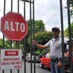 El Viceministerio de Transporte ha ordenado el retiro de portones en 10 calles y un pasaje de una pequeña colonia de Antiguo Cuscatlán, donde guardias cuidan el paso. FOTOS EDH / JORGE ávALOS