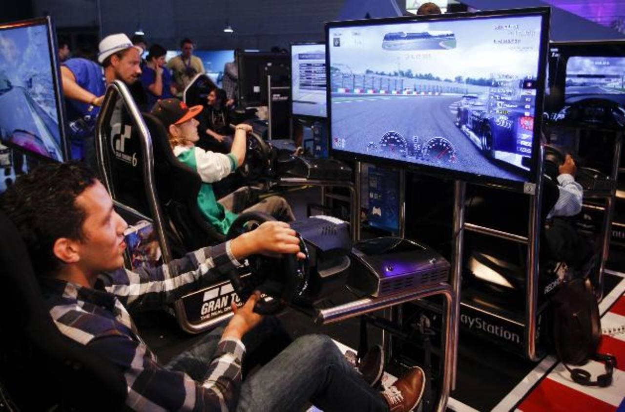 """Un jugador disfruta del """"Gran Turismo 6"""" en la exhibición de Sony."""