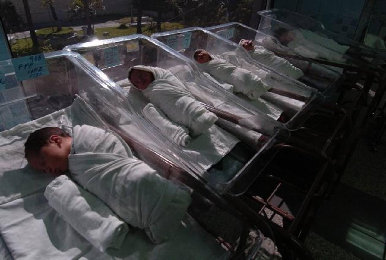 El uso de midazolan en neonatos fue prohibido en octubre de 2010. Un médico dice tener pruebas de que el ISSS lo siguió usando. Foto EDH / Archivo