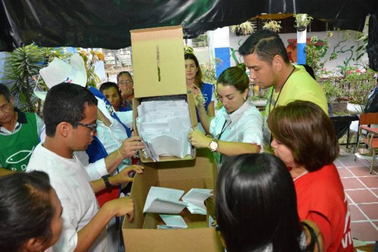 El conteo de votos de San Salvador y la revisión de paquetes electorales podría afectar los actuales resultados del departamento, la asignación de marcas y las preferencias. foto edh