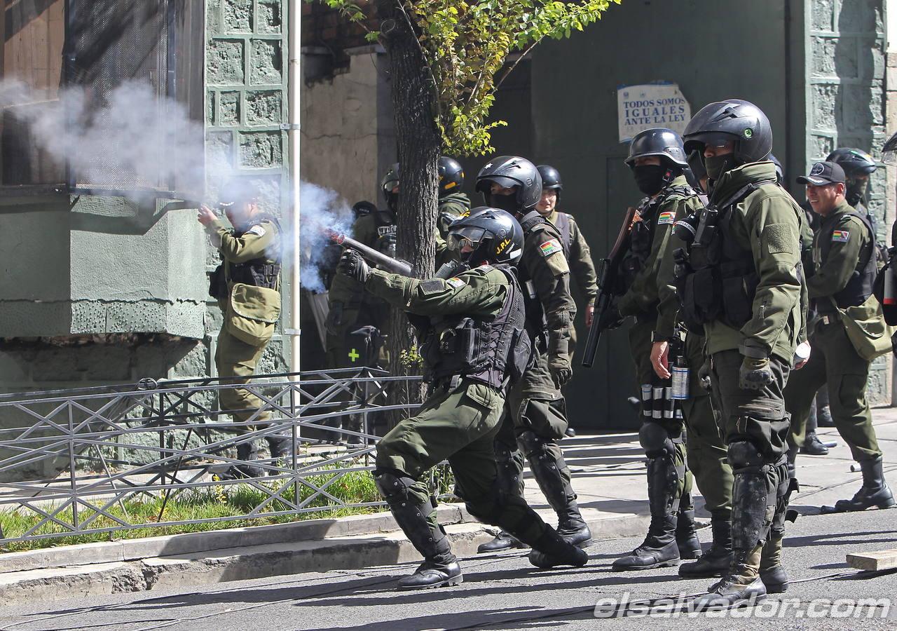 Mineros bolivianos lanzan dinamita contra edificio de ministerio en La Paz