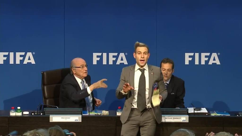 Lanzan fajo de billetes a Blatter de la FIFA