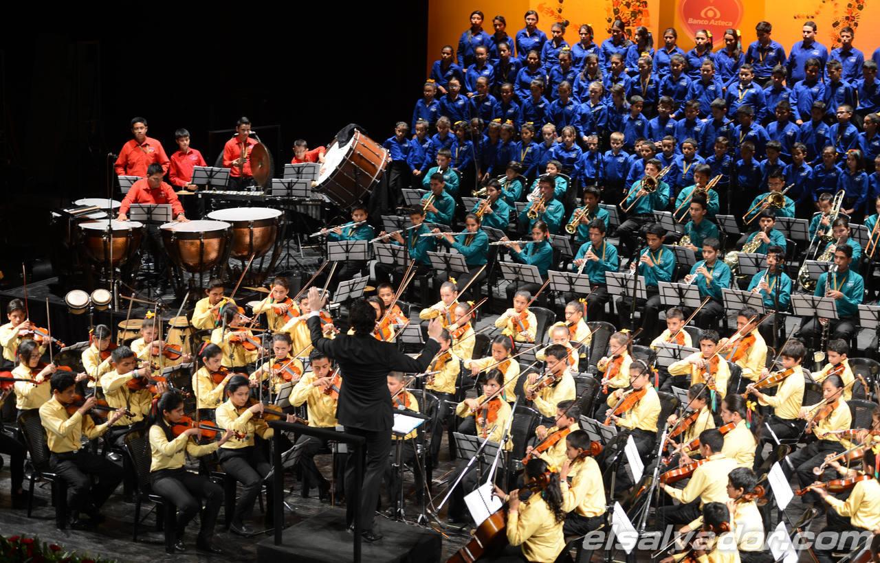 La Orquesta Sinf?nica y coro esperanza azteca realizaron un conceirto para las madres en el Teatro Nacional.