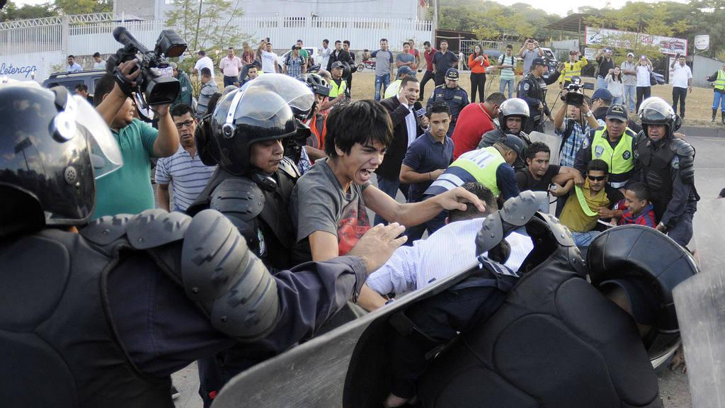 POLICÍA REPRIME MARCHA