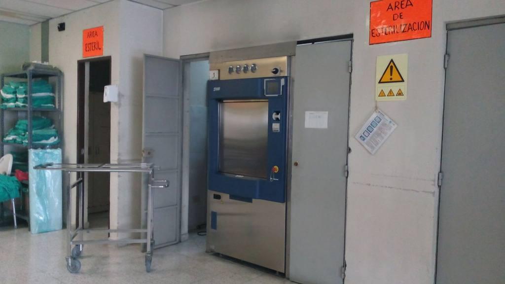 El Hospital opera con un esterilizador de instrumentos médicos, otro de ellos todavía se encuentra en proceso de reparación.  foto edh /