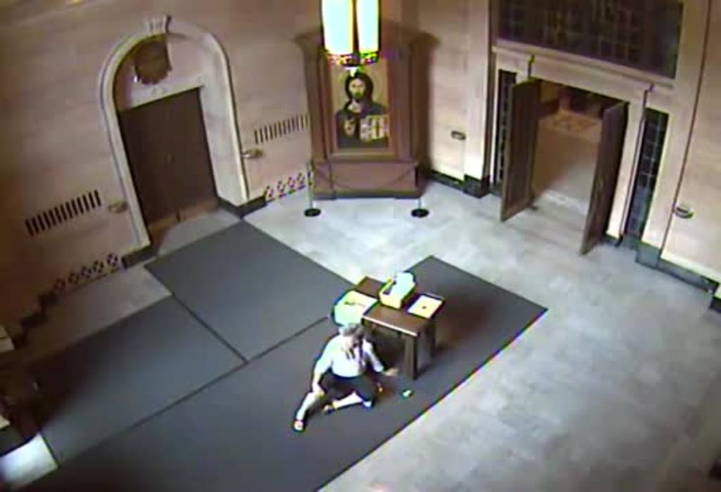 Jóvenes atacan a anciana dentro de una iglesia