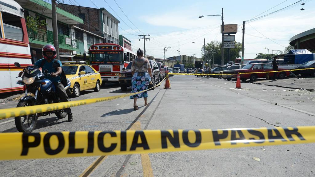 n un caso de intolerancia un hombre ataca con arma de fuego a un cargador en el mercado La Tiendona
