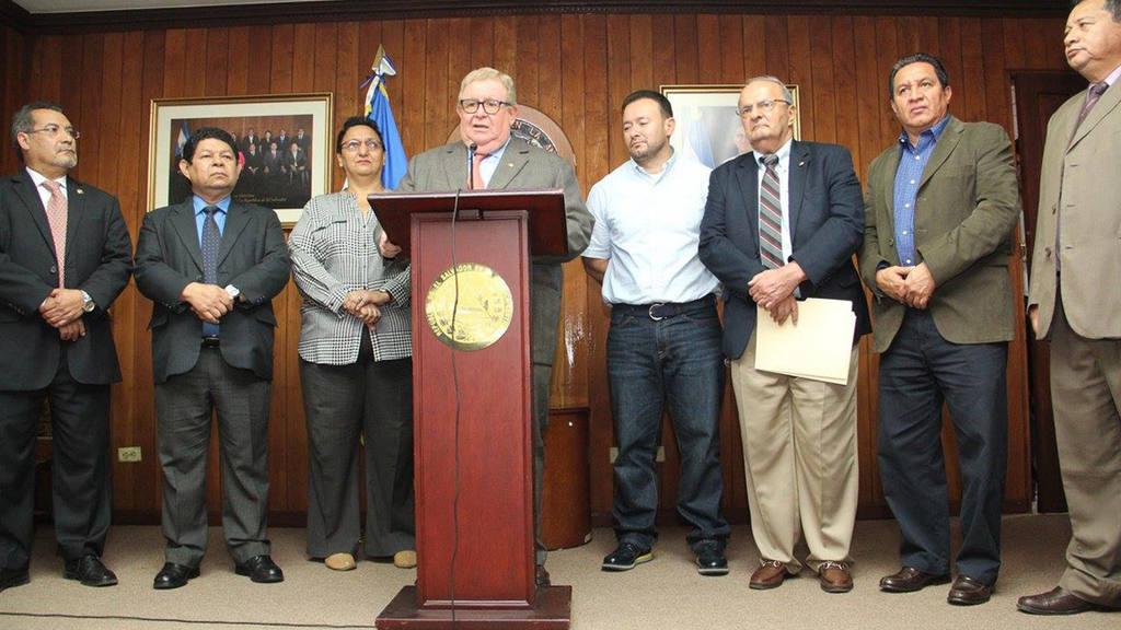 Carlos Cáceres, Ministrto de Hacienda, en conferencia de prensa en Asamblea Legislatva