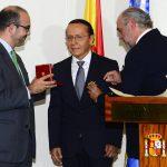 embajada de españa  entrego condecoración a Gerson Martìnez.