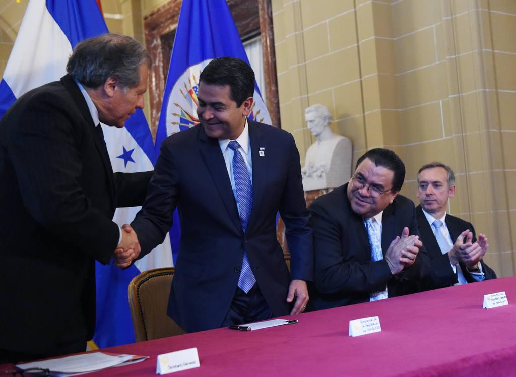 Juan Orlando Hernández, presidente de Honduras (d), y Luis Almagro, secretario general de la OEA.