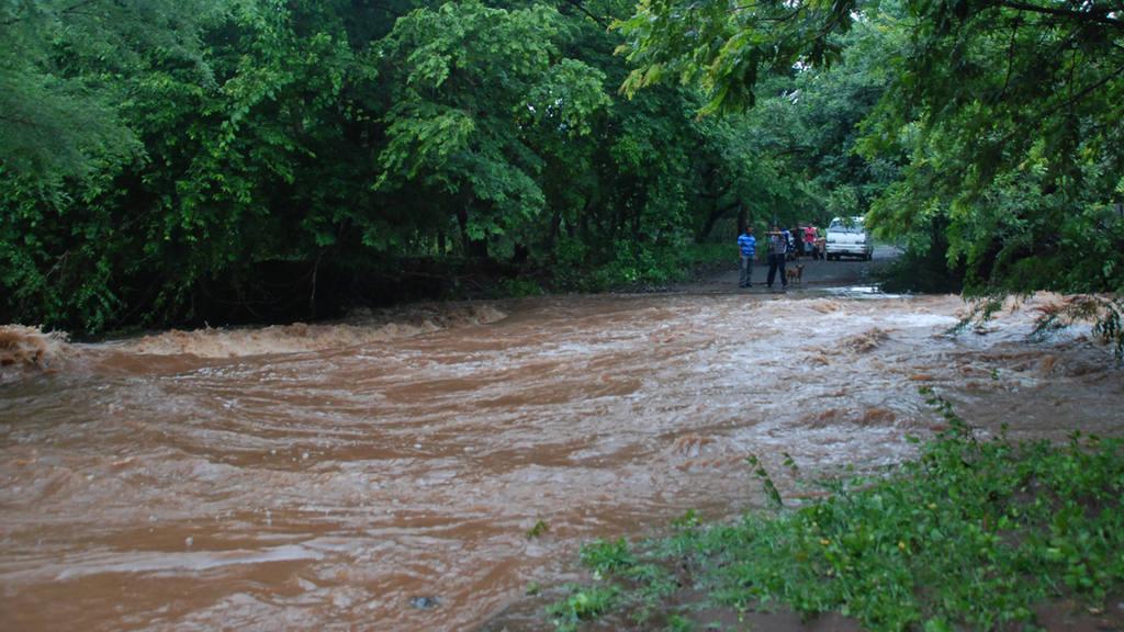 LA UNIÓN. Calle dañada por el desbordamiento del río Agua Caliente.