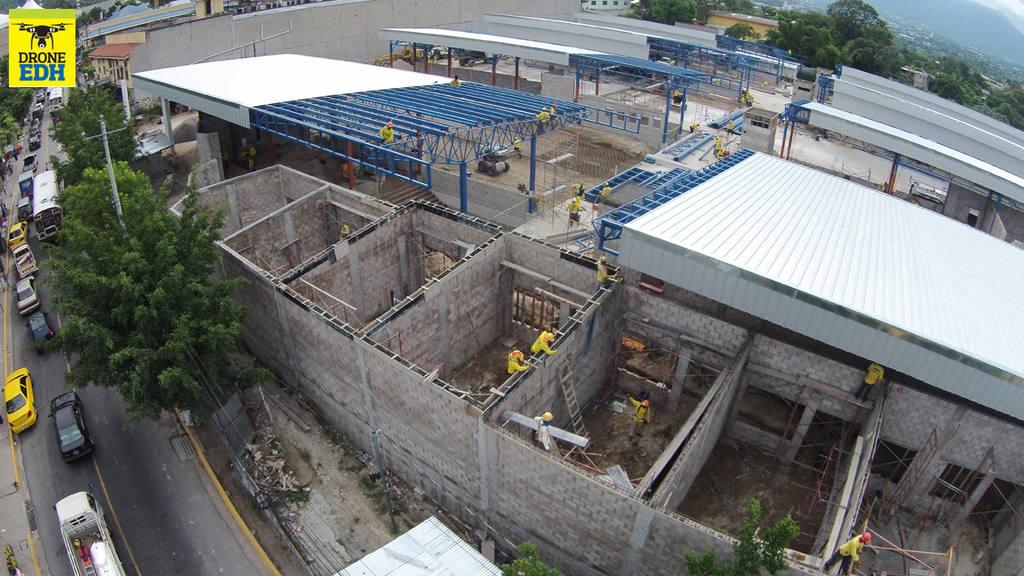Así lucían hoy los avances en la construcción de la terminal de integración del Sitramss, sobre la Avenida Rosario Sur, en Soyapango.