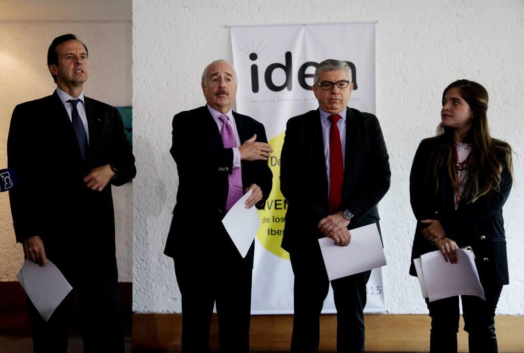 El expresidente de Bolivia Jorge Quiroga (i); y los exmandatarios colombianos Andrés Pastrana (c-i) y César Gaviria (c-d), acompañados por la hija del alcalde de Caracas y líder opositor venezolano Antonio Ledezma, Antonietta Ledezma (d).