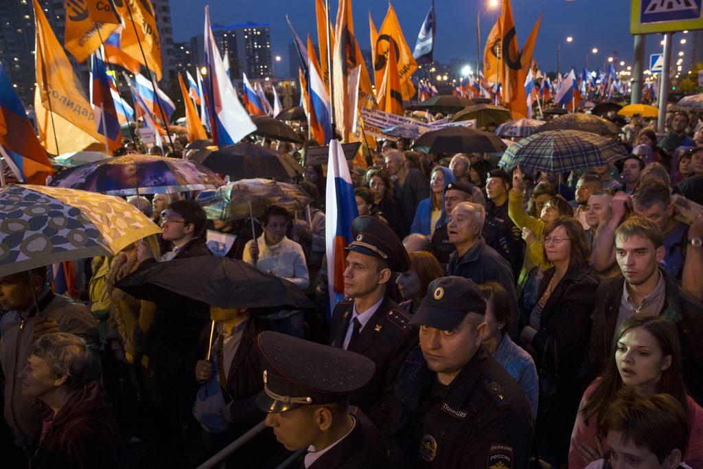 Policías vigilan una protesta contra el gobierno ruso.