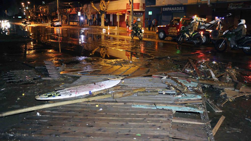 Policías patrullan en las calles de Valparaíso mientras las olas, causadas por el terremoto, lograron penetrar varios metros en tierra.