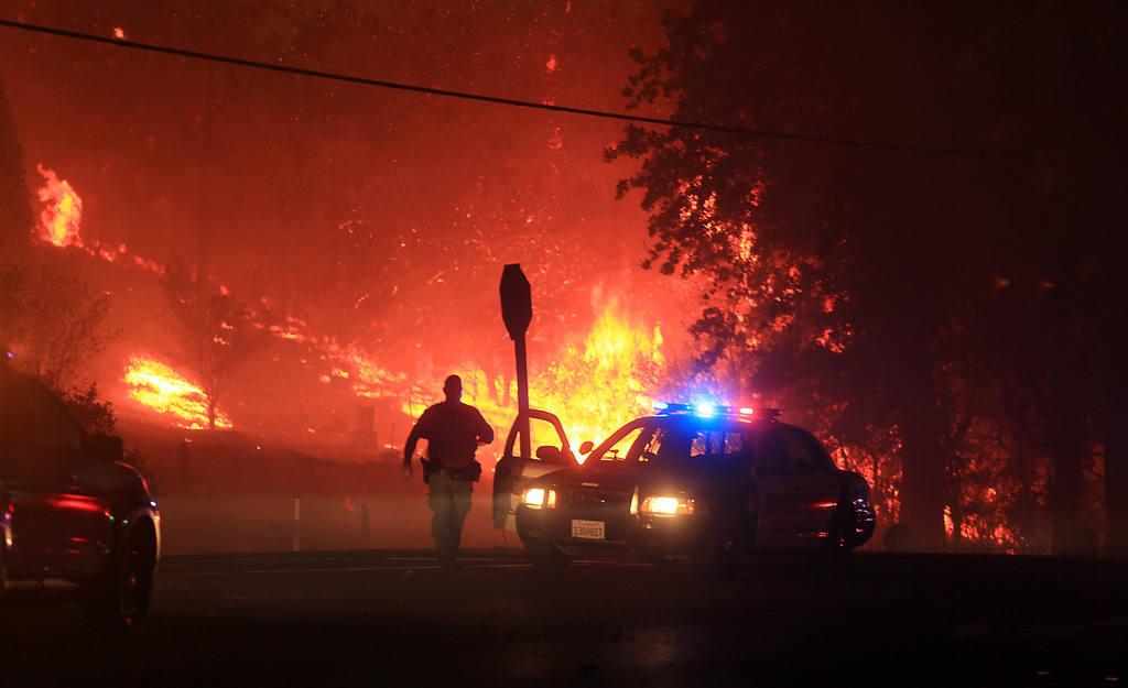Oficiales del  condado Lake coordinan la evacuación de habitantes ante el avance de las llamas.