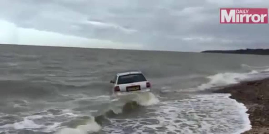 El mar se traga un vehículo mal estacionado