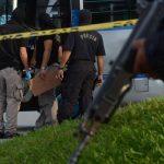 Agentes de la PNC trabajan escena donde ultimaron a un motorista de microbús de la ruta 16
